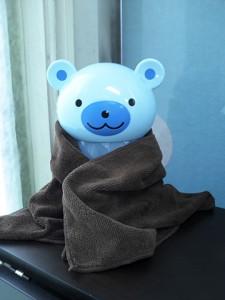 暖をとるクマ